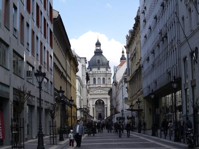 Catedrala Sf. Stefan si strada pietonala din fata ei