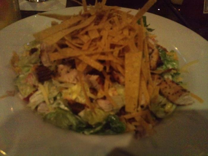 Salata de piept de pui cu verdeturi, tortilla si pecans