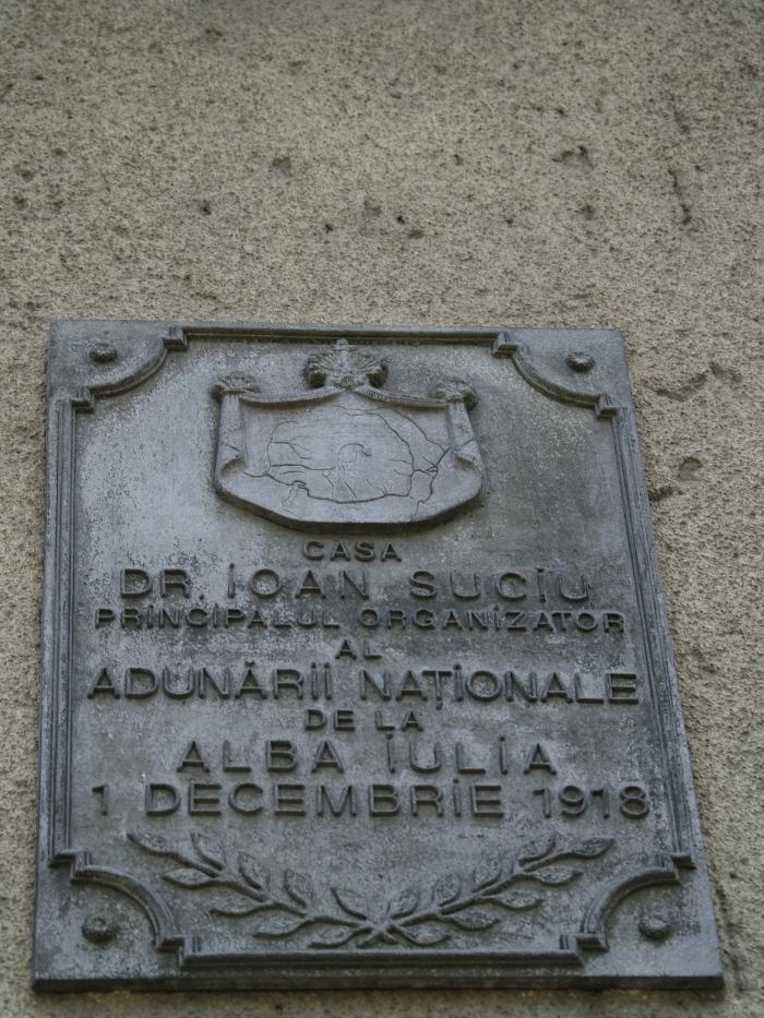Placa comemorativa pe cladirea de langa Biserica Rosie (spre Primarie)