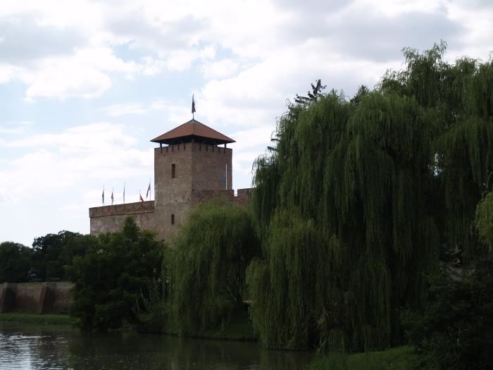 Castelul vazut de langa lac