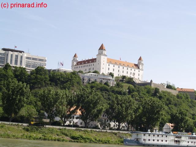 Castelul Bratislava vazut de pe Dunare
