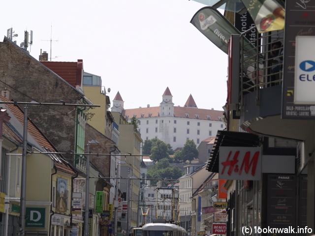 Iar spre dreapta se vede Castelul Bratislava