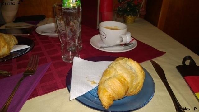 Croissant si cafea